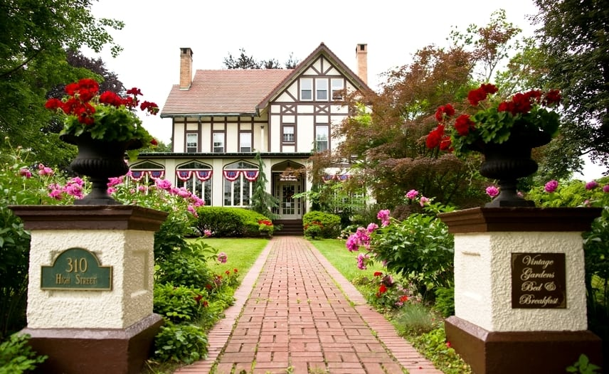 Vintage Gardens Bed and Breakfast (The Jackson & Perkins Estate) Newark, NY